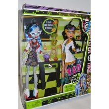 Подарочный набор кукол Монстер Хай Гулия и Клео Де Нил серии Классная Команата Mad Science